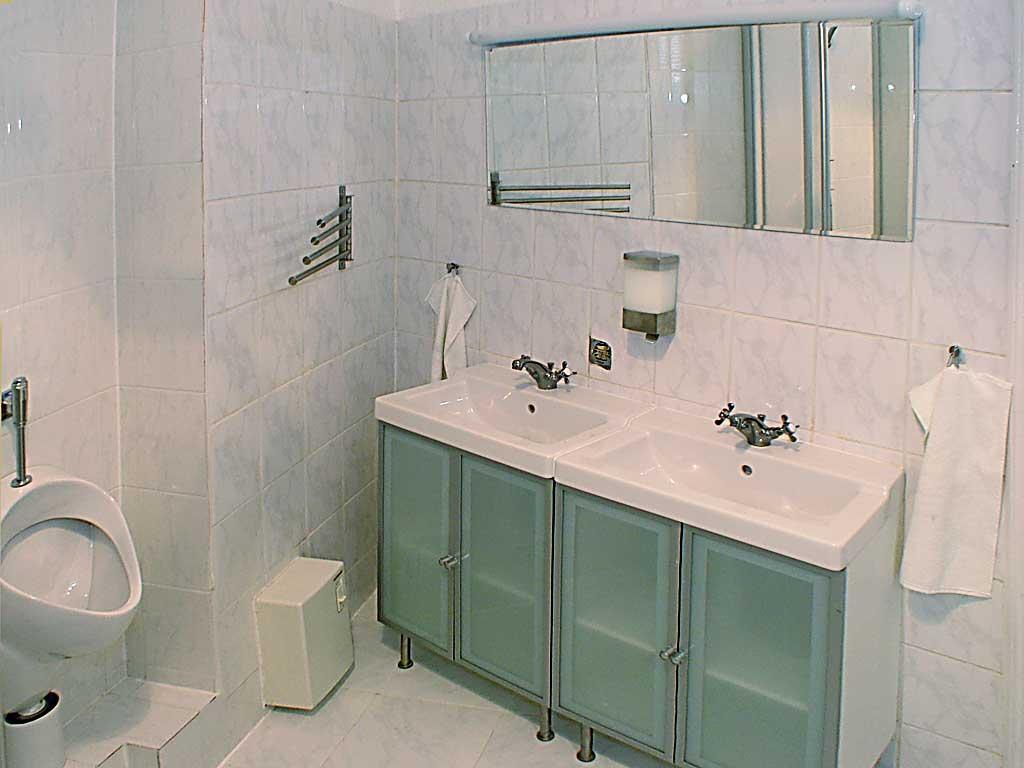 Großes Badezimmer mit WC