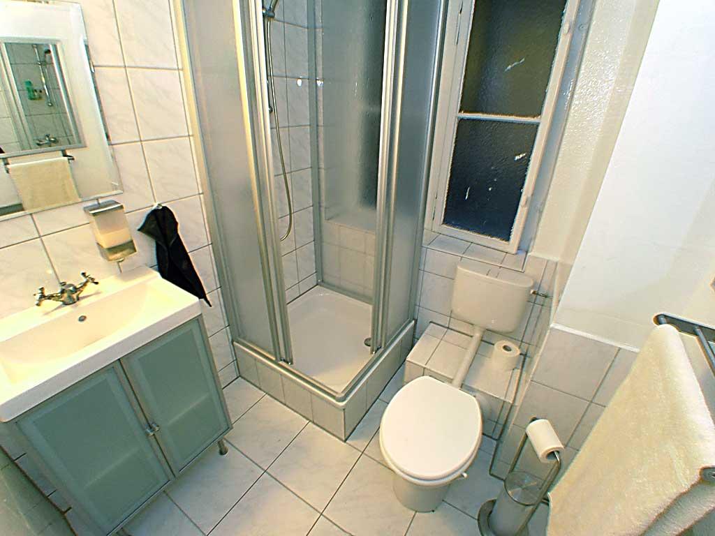 Kleines Badezimmer mit WC